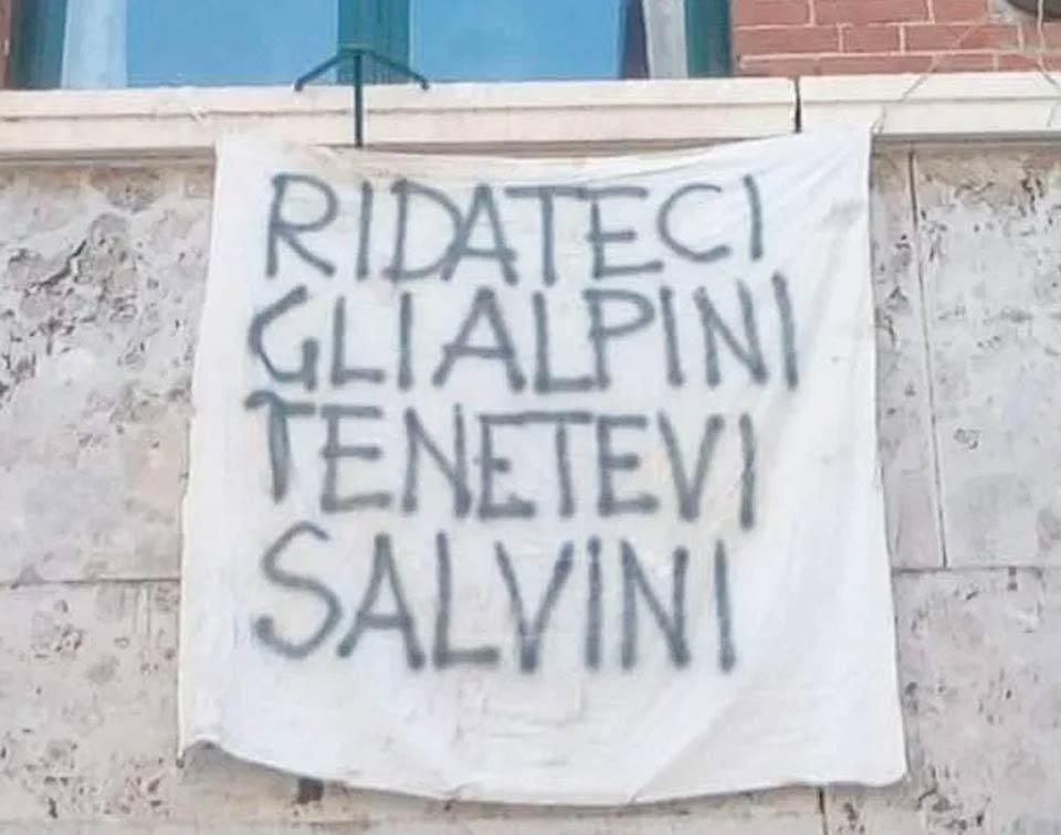 Striscione anti Salvini