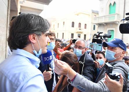 Il sindaco Falcomatà appena rielettp risponde ai giornalisti