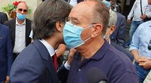 Giuseppe Falcomatà, dopo la proclamazione a sindaco, riceve l'abbraccio dello sfidante Antonino Minicuci
