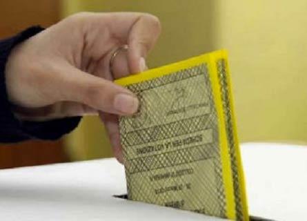 La scheda nell'urna elettorale