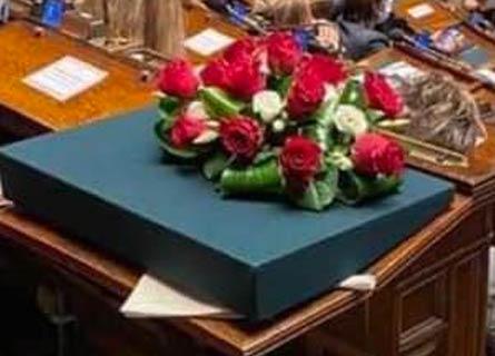 I fiori sullo scranno di Montecitorio che fu di Jole Santelli