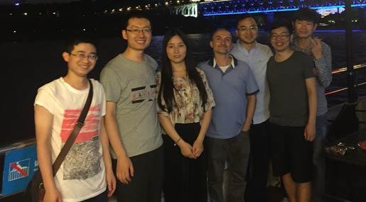 Il prof. Giancarlo Fortino in CIna con alcuni suoi studenti
