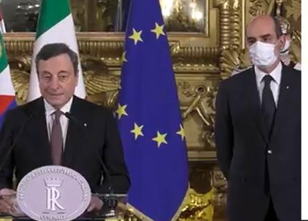 Il presidente del Consiglio Mario Draghi legge la lista dei ministri. AL suo fianco il portavoce di Mattarella Giovanni Grasso