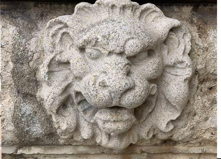 Un leone su un portale di Tropea: è il simbolo della lotta