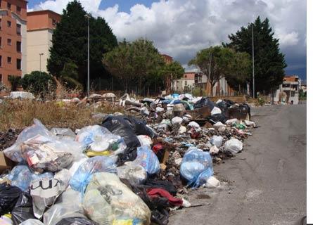 Cumuli di rifiuti a Reggio Calabria