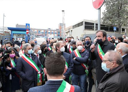 La protesta dei sindaci a Cosenza davanti all'Ospedale dell'Annunziata