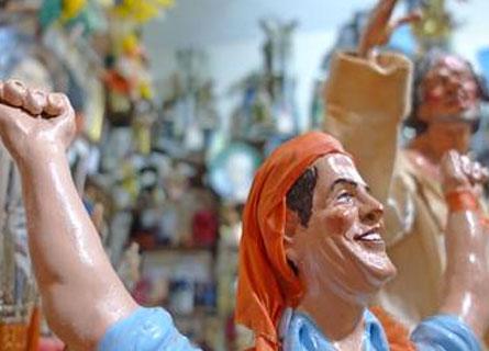 De Magistris con la bandana arancione nella statuetta del presepe napoletano