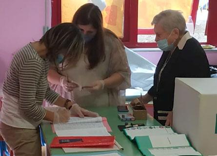 Il voto della maestra Tina (97 anni) a Reggio