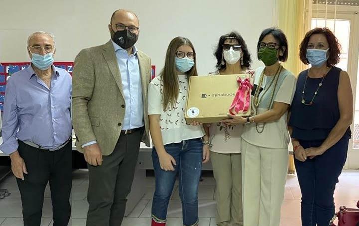 donazione dei Lions a Reggio a una studentessa ipovedente